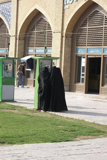 Ženy telefonistky, snímek z Esfahánu. Foto: Josef Kraus