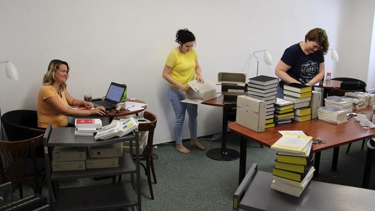 Knihovnice přepisují knihy do skladu. V policích tak bude místo pro nové knihy. Foto: David Humpolík
