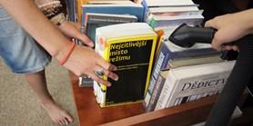 Vysát knihy, připravit letní školy. Fakulta nezahálí ani v létě