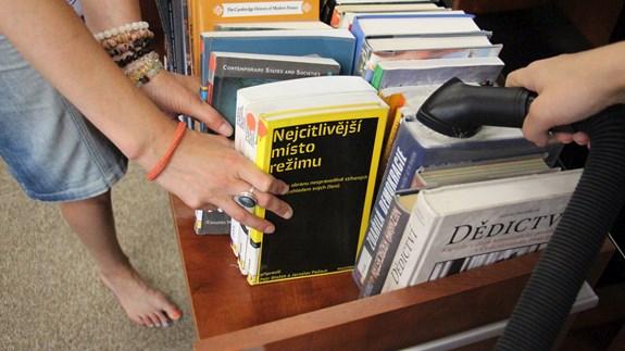 Všechny knihy se musí pomocí vysavače očistit od prachu. Foto: David Humpolík