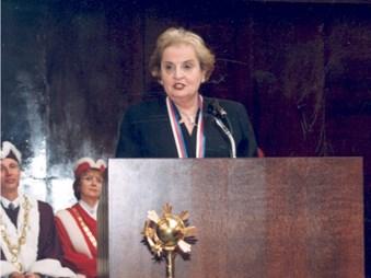 Udělení velké pamětní medaile ministryni zahraničních věcí USA Madeleine Albrightové