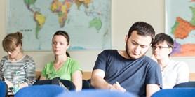Doktorandi musí nově vyjet na zahraniční studijní pobyt