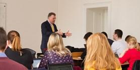Studium mezinárodních vztahů je na fakultě nejlepší v Česku, míní profesor Thayer, který přednáší i na Oxfordu