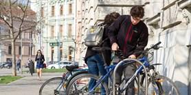 Do školy na kole. Slunečné počasí přeje cyklistům