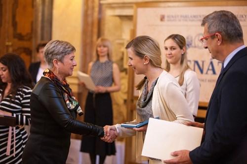 Prof. Rabušicová přebírá medaili od ministryně Valachové.