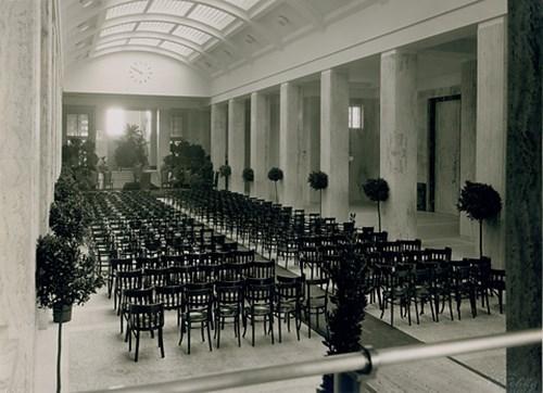 Vestibul Právnické fakulty v roce 1933, před inaugurací rektora Jana Zavřela