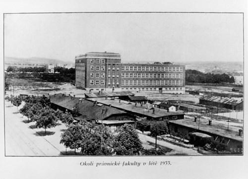 Pohled na Právnickou fakultu s okolím krátce po výstavbě v létě roku 1933