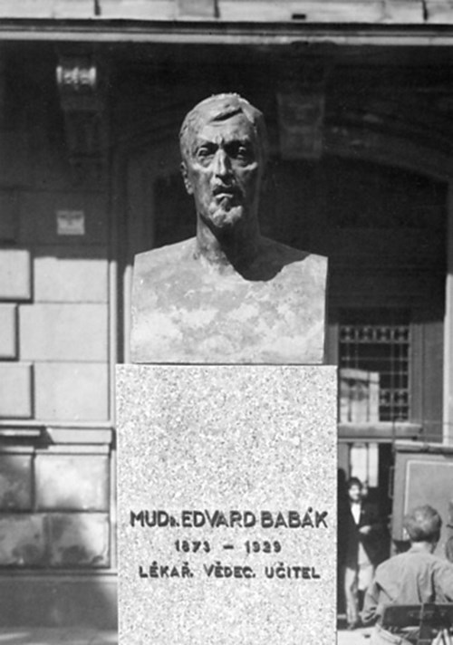 Komenského nám. 2, pomník Eduarda Babáka, 1949