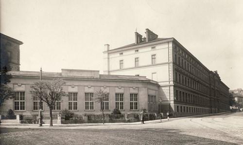 Nároží ulic Údolní a Úvoz s pohledem na areál Lékařské fakulty MU v letech 1919-1939 a první sídlo rektorátu MU. V popředí přístavba Anatomického ústavu z roku 1920.