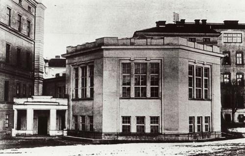 Auditorium Lékařské fakulty MU z roku 1920. Pohled z dvorního traktu směrem k nároží ulic Údolní a Úvoz.