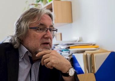 Profesor Macek při rozhovoru ve své pracovně. Foto: David Kohout