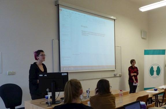 Kristína Čajkovičová využila možnosti vrátit se na fakultu sociálních studií s prezentací své výzkumné práce. Foto: Kateřina Picková