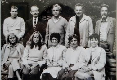 Na fotografii z 80. let je Ladislav Rabušic (vlevo nahoře) zachycen spolu s kolegy z Filozofické fakulty Masarykovy univerzity. Napravo od něj stojí další ze zakladatelů brněnské fakulty sociálních studií Ivo Možný. Foto: archiv Ladislava Rabušice
