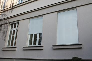 Stínění oken budovy C do dvora.