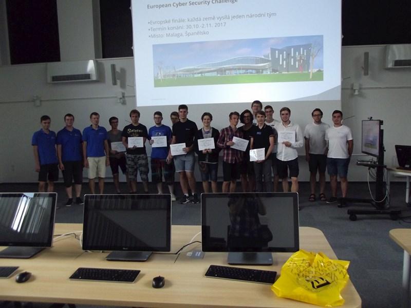 Členové CSIRT-MU a finalisté Kybersoutěže.