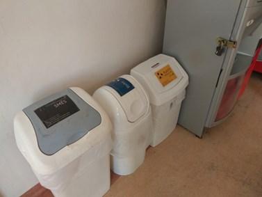 Nádoby na odpad vynáší uklízečky v době akademického roku denně do podzemních kontejnerů. Foto: Jan Jakovljevič
