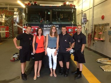Na konferenci v Montrealu zlepšila Lenka Hrbková den své kolegyni, když požádala místní pohledné hasiče o společný snímek. Foto: archiv Aleny Mackové
