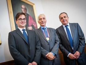 Michiel S. de Vries (uprostřed)
