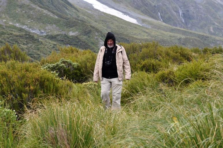 Profesor Pavelka při vycházce v pohoří Nového Zélandu. Foto: archiv Jiřího Pavelky