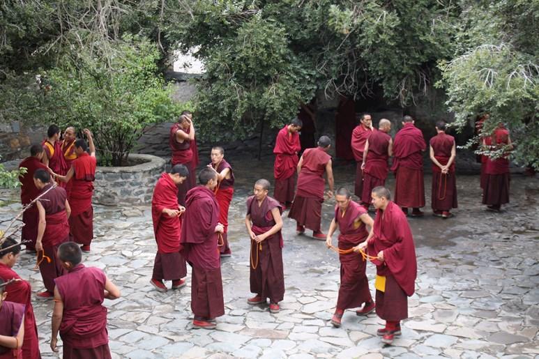 Při cestě po Tibetu se v klášteře Sera setkal s místními mnichy. Foto: archiv Jiřího Pavelky