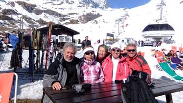 S přáteli na lyžích pod Matterhornem. Foto: archiv Jiřího Pavelky