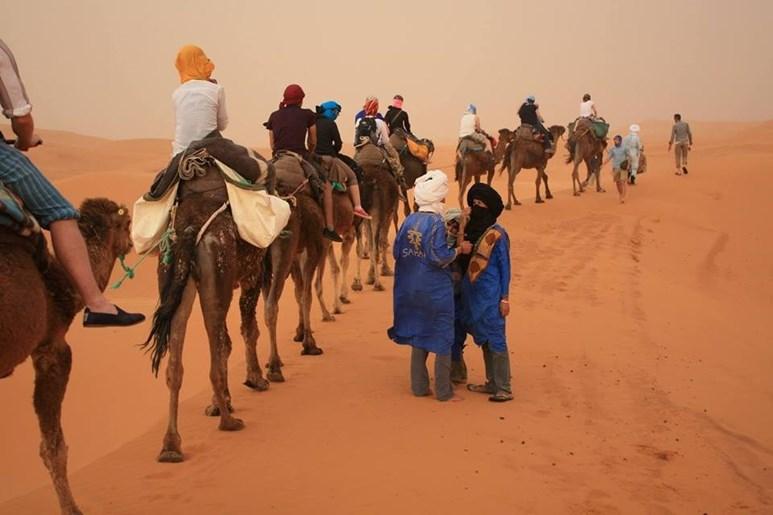 Putování na velbloudech po saharské poušti. Foto: archiv Alberta Fikáčka