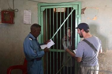 """""""Vykoupení"""" ze súdánského vězení bylo naštěstí doprovázeno úsměvy všech zúčastněných. Foto: archiv Alberta Fikáčka"""