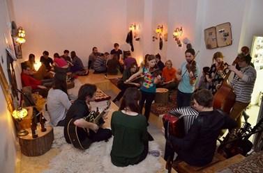 Středeční hudební jamy v Expediční klubovně nesou podtitul: Hrajeme, zpíváme, popíjíme. Foto: archiv Alberta Fikáčka