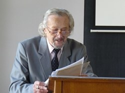 Prof. Bartoš přednáší v rámci vzpomínkového dne u příležitosti 20. výročí založení katedry romanistiky FF OU (2013). Zdroj: FF OU.