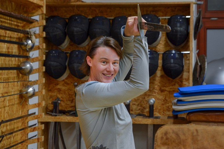 Proděkanka trénuje s vlastním mečem, na kterém je vyrytý obrázek kočky. Foto: Eva Bartáková