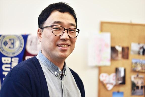 Z desetimilionového Soulu se Tae-Sik Kim přestěhoval do půlmilionového Brna, kde vyučuje na katedře mediálních studií a žurnalistiky. Foto: Veronika Krejčí