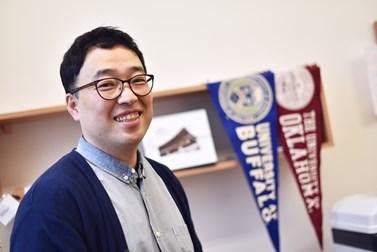 Kimovu kancelář zdobí upomínky na pobyt ve Spojených státech. Foto: Veronika Krejčí