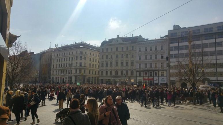 Studenti se dnes shromáždili na náměstí Svobody v Brně, aby vyjářdili svůj názor. Foto: Lenka Bursíková.