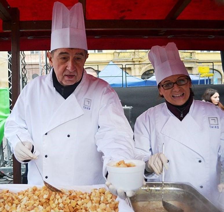 Andrej Babiš a Adriana Krnáčová při rozdávání rybí polévky v Praze. CC-BY-SA-4.0. Autor David Sedlecký