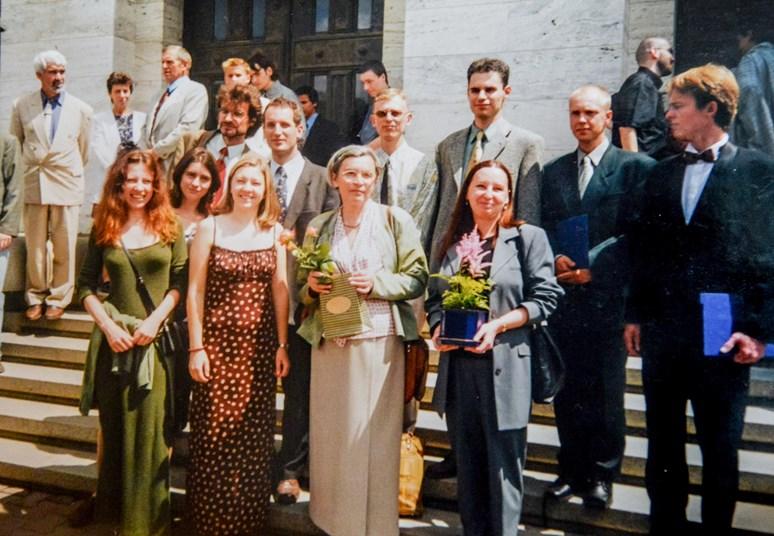 Hana Librová (uprostřed) přivedla ke státnicím několik generací studentů. Foto: archiv Hany Librové