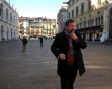 Petr Fiala rád navštěvuje Itálii. Je nekuřák, ale výjimečně si zapálí dýmku. Foto: archiv Petra Fialy