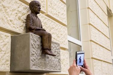 Odhalení sochy přihlíželi absolventi, studenti i akademici. Foto: David Kohout