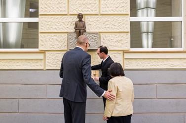 Na sochu svého zesnulého manžela se přišla podívat i Lenka Možná. Foto: David Kohout