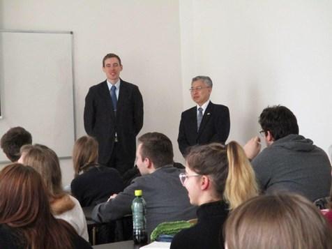 Dr. Matela a japonský velvyslanec při návštěvě výuky