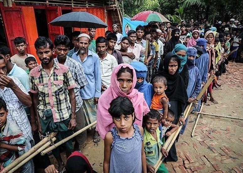 Přes 700 000 Rohingyů uprchlo z Barmy od druhé vlny exodu v říjnu 2017, kdy OSN uznala, že zde dochází k etnickým čistkám, masovému vraždění a znásilnění. Obrázek: Vysídlení Rohingyové (Rohingya displaced muslims. Tasnim News Agency. CC BY 4.0).