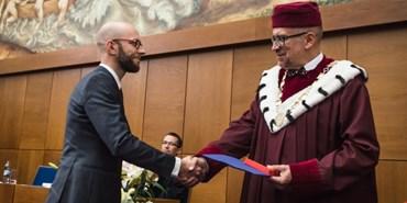 Rektor vyznamenal studenty i akademiky. Zdůraznil kritickou roli univerzit