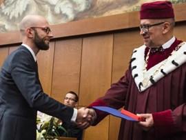 /en/news/aktuality/rektor-vyznamenal-studenty-i-akademiky-zduraznil-kritickou-roli-univerzit