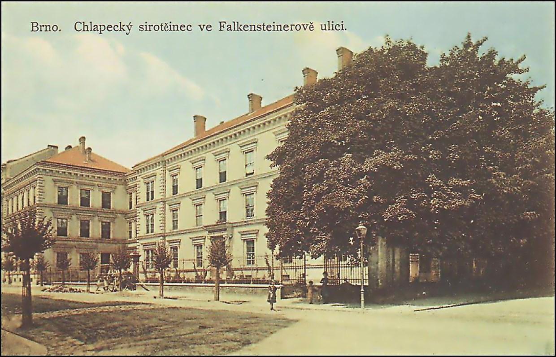 Pohled na chlapecký sirotčinec ve Falkensteinerově ulici kolem roku 1915. Zdroj: www.fotohistorie.cz.