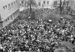Shromáždění studentů a vyučujících na nádvoří fakulty. Listopad 1989. Zdroj: Digitální knihovna fotografií MU.