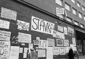 Protestní plakáty vylepené na vrátnici fakulty. Listopad 1989. Zdroj: Digitální knihovna fotografií MU.