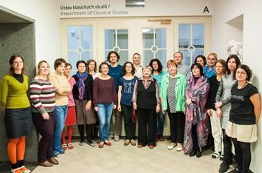 Současní pracovníci ústavu. Nebo spíše pracovnice? Genderová proměna je opravdu zcela zásadní. Podzim 2016. Foto: Michal Polovka.