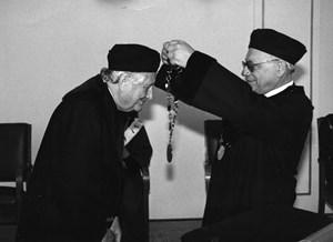 Antonín Bartoněk uděluje čestný doktorát. Rok 1990. Zdroj: Fotoarchiv ÚKS.