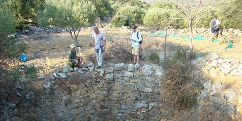 Dr. Maximilan Wilding and PANE students, Oxa-Kalos Lakkos, 2013