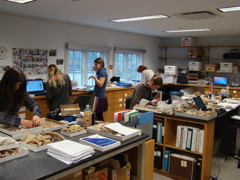 Studenti PANE pracující na materiálu z Khabur Basin Project, 2014, Yale University