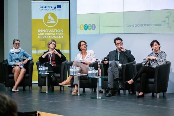 Jana Válková (vlevo) se ve svých výzkumech zabývá péčí o děti a nerovnostmi mezi muži a ženami na trhu práce. Foto: archiv Jana Válková